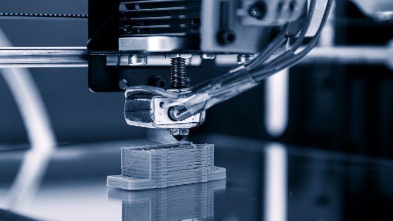 Imagen de una impresora 3d, pieza fundamental para la fabricación aditiva