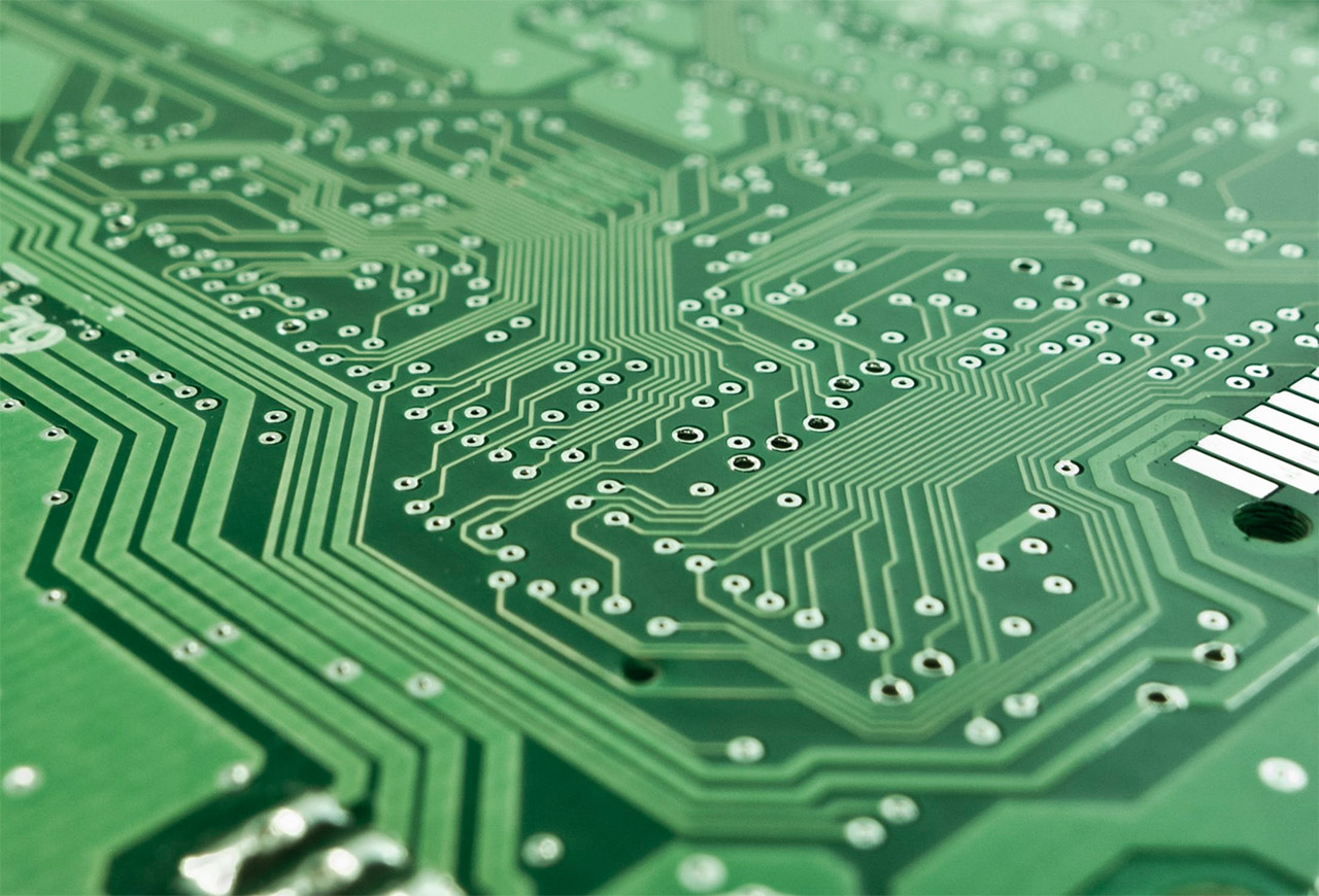 Imagen de componentes electrónicos en placa
